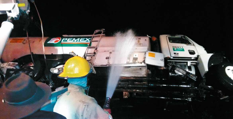 Labor. Bomberos y personal de Protección Civil trabajaron varias horas para limpiar el combustible derramado en la carretera y evitar un posible siniestro.