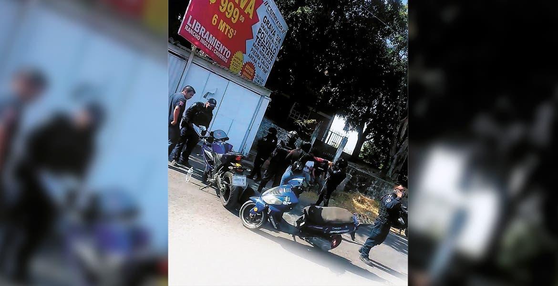 Derrapa hombre en motocicleta en Puente de Ixtla