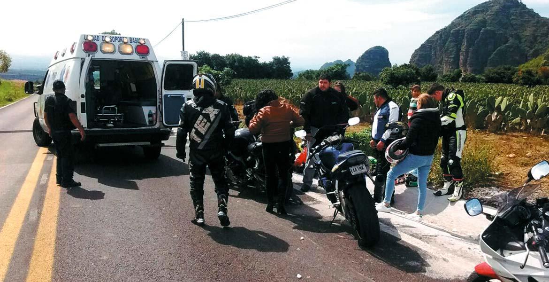 Atención. Una pareja de motociclistas fue auxiliada por paramédicos y trasladada al IMSS de Cuautla.