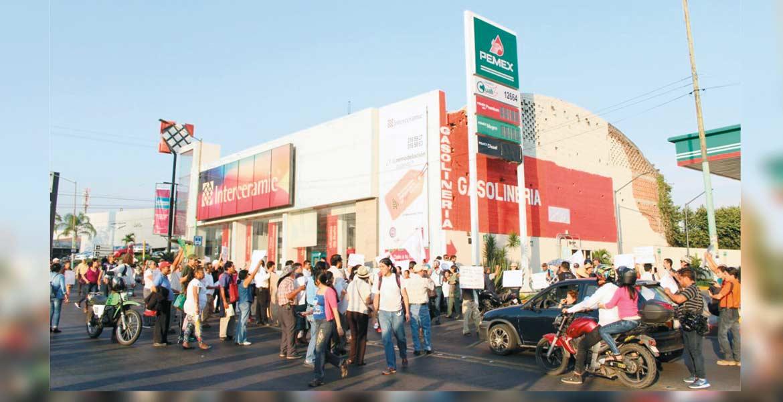 Por la tarde. Profesores e integrantes del Sindicato Mexicano de Electricistas tomaron dos gasolineras ubicadas en Las Palmas; asimismo, interrumpieron la circulación de forma intermitente en Avenida Morelos.