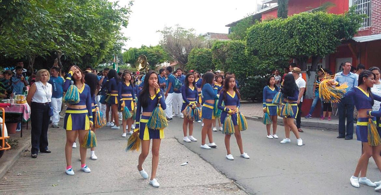Contingentes. Alumnos de diversos niveles desfilaron tras partir desde el Campo Deportivo Yautepec (CDY); cerca de las 11 de la mañana rompieron filas.