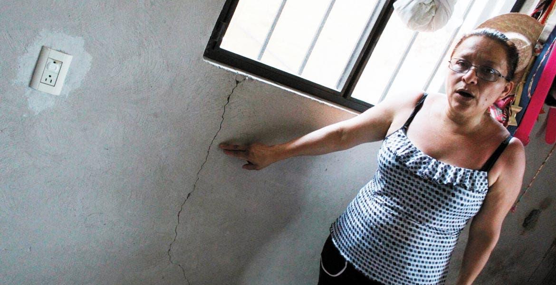 Afectaciones. La señora María Graciela Huarota señala hasta dónde llegó el agua, lo que ocasionó fisuras en la pared interior de su casa.