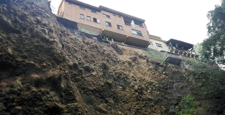 Riesgo. Cuatro casas están a punto de desplomarse, tras desgajarse la barranca de San Pedro, en la colonia Tlaltenango.