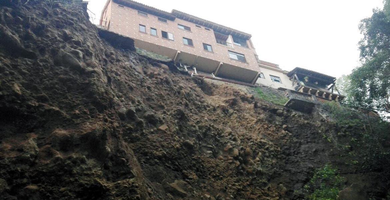 En riesgo. Una familia fue desalojada, tras deslavarse la pared de una barranca en Calzada de los Reyes, en Cuernavaca, quedando al borde del precipicio.