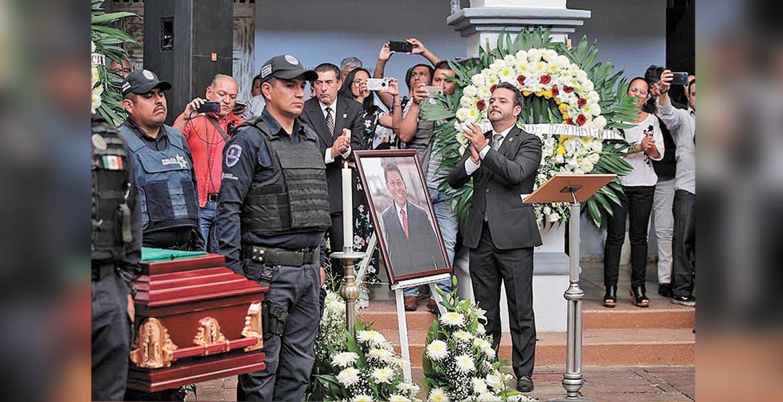 Despiden Cabildo y corporación a jefe policial con homenaje