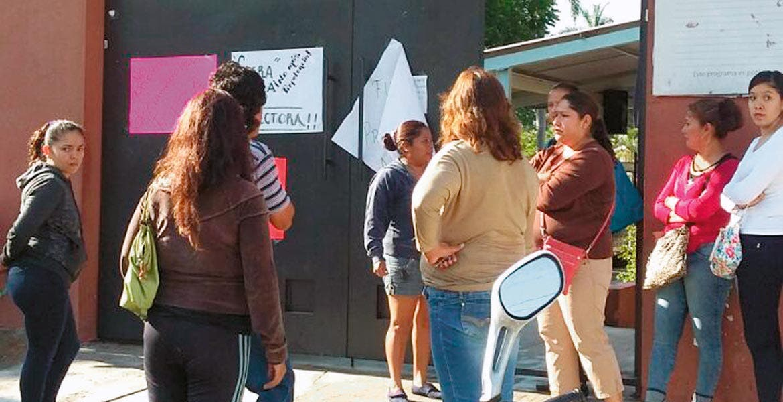 Manifestación. Los padres colocaron pancartas afuera del plantel.
