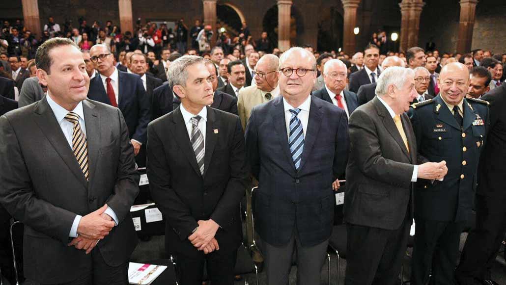 Presencia. Eruvial Ávila, gobernador del Estado de México; Miguel Ángel Mancera, jefe de Gobierno de la Ciudad de México; el Gobernador Graco Ramírez, y Arturo Núñez, mandatario tabasqueño, en el Informe de Silvano Aureoles.