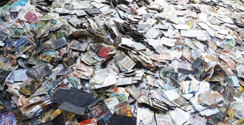 """Destrozan. Setecientos veinte mil 942 discos """"piratas"""" de música, películas y videos, en formatos DVD y CD, fueron destruidos por personal de la PGR."""