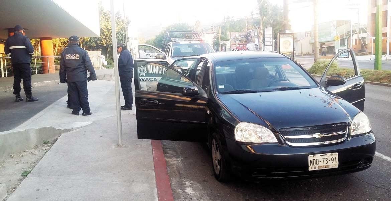 El vehículo. Policías municipales aseguraron 20 dosis de cocaína en el interior del Optra en donde escapaban los sujetos, quienes fueron detenidos calles adelante.