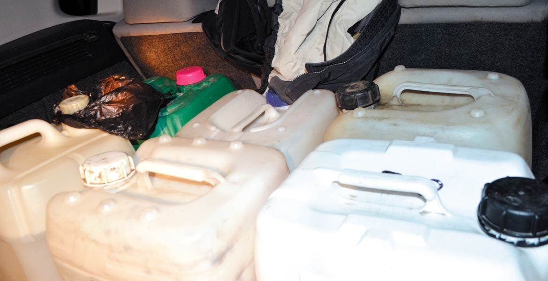 Decomiso. Un joven fue detenido al ser sorprendido con 120 litros de gasolina, cuando viajaba en su camioneta por el puente 2000 de la colonia San Antón.
