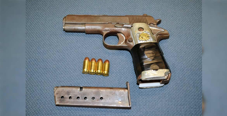 Arsenal. Una pistola calibre .380 y varios cartuchos le fueron hallados al hombre, tras su detención.