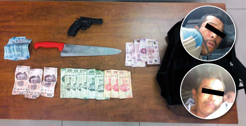 Acción. Luego de perseguirlos, policías dieron alcance a los delincuentes en avenida Atlacomulco, donde fueron capturados; recuperaron el botín y les decomisaron una pistola y un chuchillo.