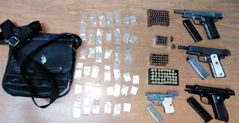 Decomiso. Cuatro sujetos fueron detenidos con tres pistolas, cartuchos y 40 dosis de cocaína, tras echar tiros en la colonia Huizachera.