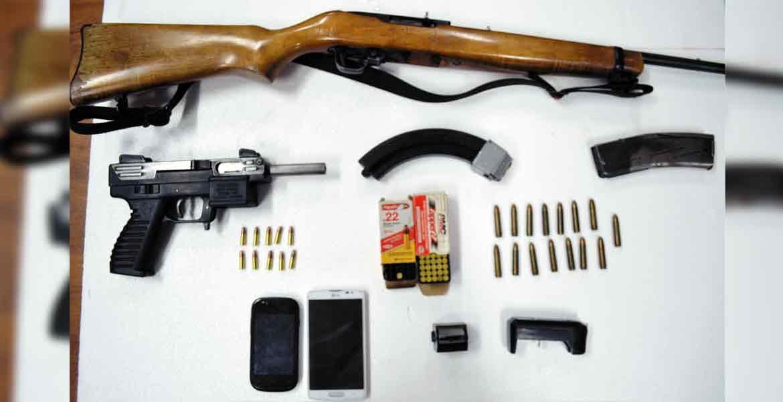 Decomiso. Un rifle, una subametralladora, cargadores, y varios cartuchos útiles, así como seis garrafones con gasolina robada, les fueron asegurados a dos sujetos detenidos.