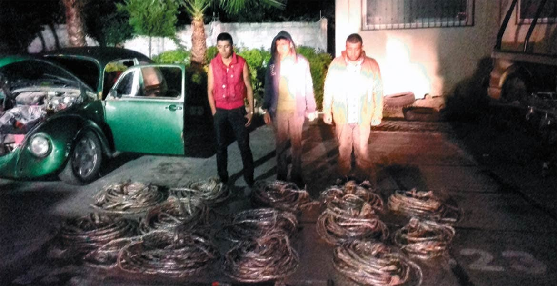La captura. Tres sujetos fueron detenidos con 13 rollos de cable.