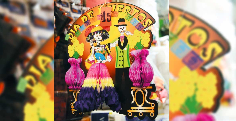 Ventas. Los comercios ofrecen variedad de productos para adornar ofrendas, oficinas, viviendas, con motivos alusivos a Día de Muertos.