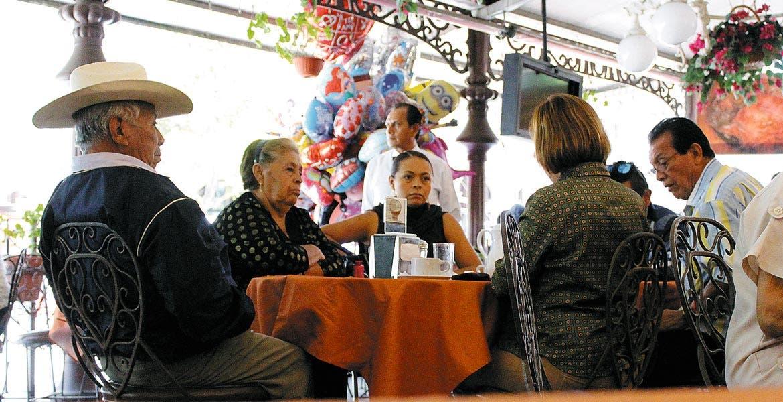 Toda la familia. Los restaurantes fueron el punto de reunión más concurrido por la familia morelense.