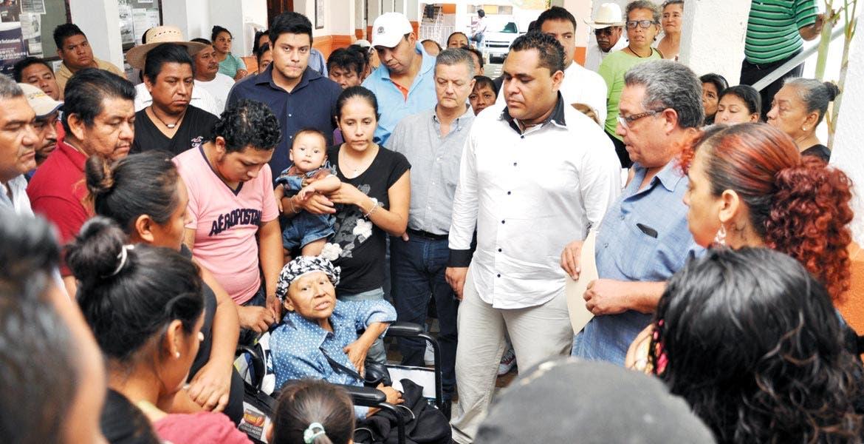 Acuerdos. Ayer, ambulantes acudieron a la sede el gobierno municipal para platicar con las autoridades, por lo que se programaron reuniones de seguimiento, tanto para ellos como para las mujeres indígenas que vendían artesanías en el centro.