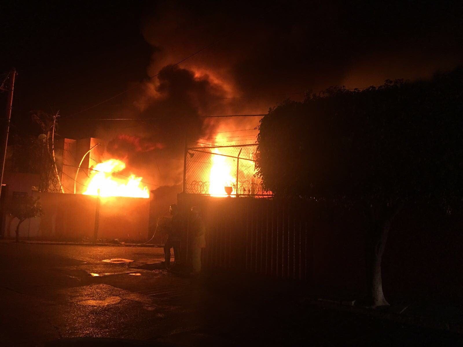Fuga provoca incendio en ducto de Pemex en Morelos