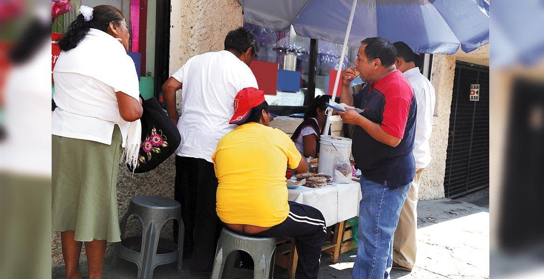 Riesgo. No sólo la falta de higiene al comer en la calle puede provocar diarrea, también, la descomposición de los alimentos debido a las altas temperaturas.