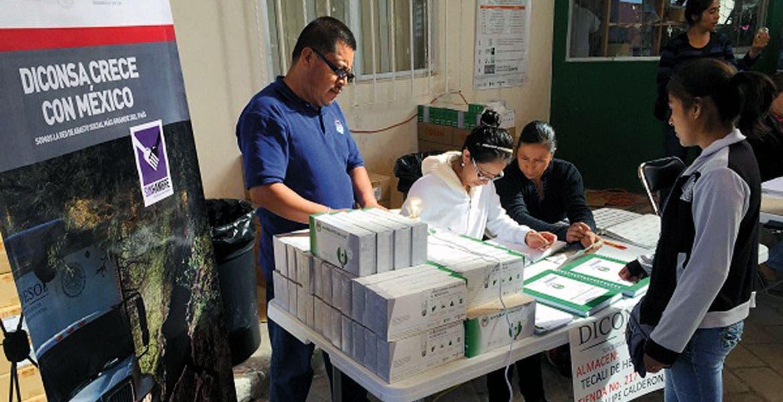 Atención. Diconsa busca beneficiar a familias de escasos recursos de Morelos, Puebla y Tlaxcala con la entrega de lámparas ahorradoras.