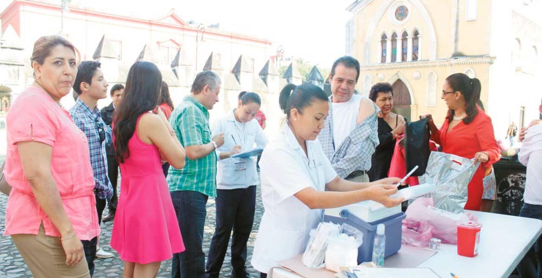 Aplicación. Afuera de la Catedral ayer la Secretaría de Salud inmunizó a los habitantes contra la influenza.