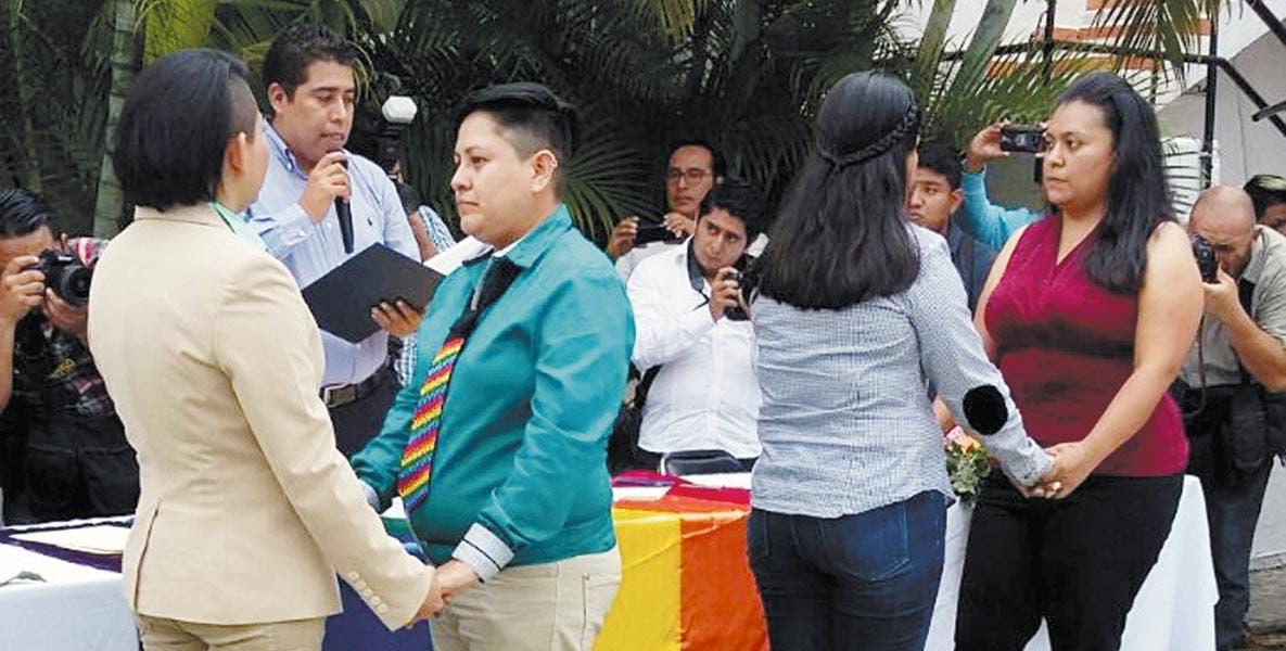 Enlace. El juez Luis Ángel Alcántara Soto, oficial del Registro Civil de Temixco, fue el encargado de casarlas.