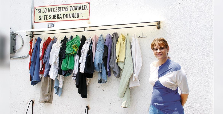 Labor. Erika Gisela Rück tomó la idea de una publicación que vio en redes sociales y materializó el apoyo en su propia casa, que es visitada por gente que toma las prendas, pero también por quien acude a donar.