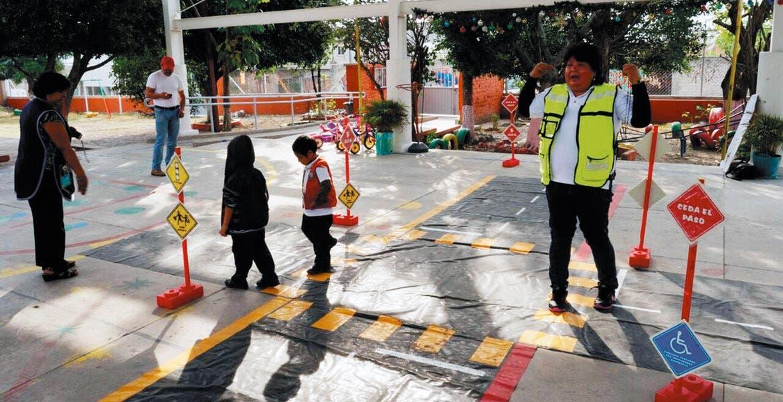 Cursos. Personal de Tránsito ha dado cursos a los niños para que tengan educación vial y eviten accidentes afueras de las escuelas de Temixco.