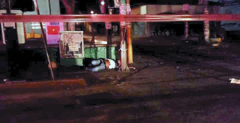 El homicidio. Dos hombres fueron asesinados a balazos al ser emboscados por varios sujetos armados, justo cuando caminaban frente a un súper en pleno Centro de Cuautla.