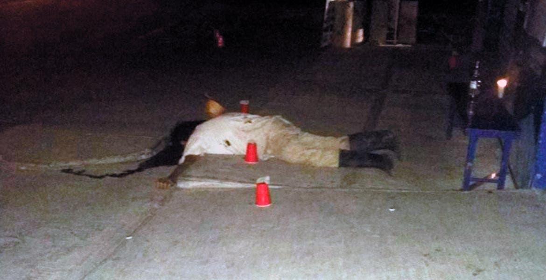 De 10 balazos fue asesinado Diego, de 52 años, luego de que fuera emboscado por varios sujetos armados el sábado en la noche, cuando caminaba por la calle Emilio Portes Gil, de la colonia Emiliano Zapata, de Miacatlán, por lo que peritos en criminalística del Semefo realizaron una inspección ocular en donde hallaron 10 casquillos percutidos calibre 9 milímetros, los cuales fueron embalados para su estudio, además ordenaron el levantamiento del cadáver.