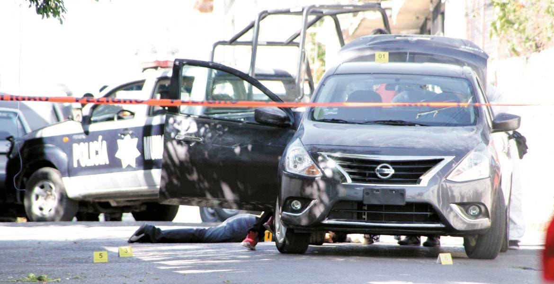 El deceso. Un hombre fue asesinado de un disparo en la cabeza, tras ser emboscado por varios sujetos armados que le cerraron el paso, cuando viajaba en su auto por la calle Artículo 123 esquina con Nicolás Bravo, de la colonia Lomas de Guadalupe.