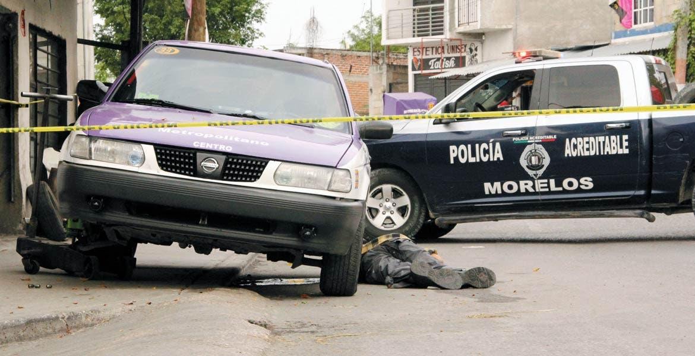 Diligencias. Un hombre fue asesinado a balazos, tras ser emboscado por un sujeto armado cuando caminaba por la avenida Prolongación Los Pinos, de Xochitepec.