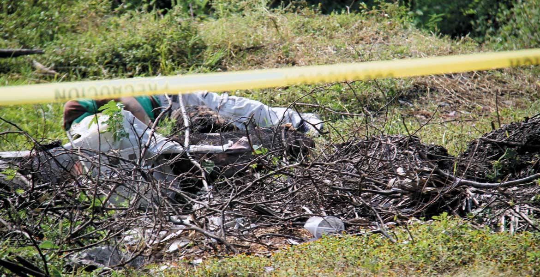 El hombre fue encontrado entre un montón de basura, en un camino de terracería del poblado de Tetecalita.