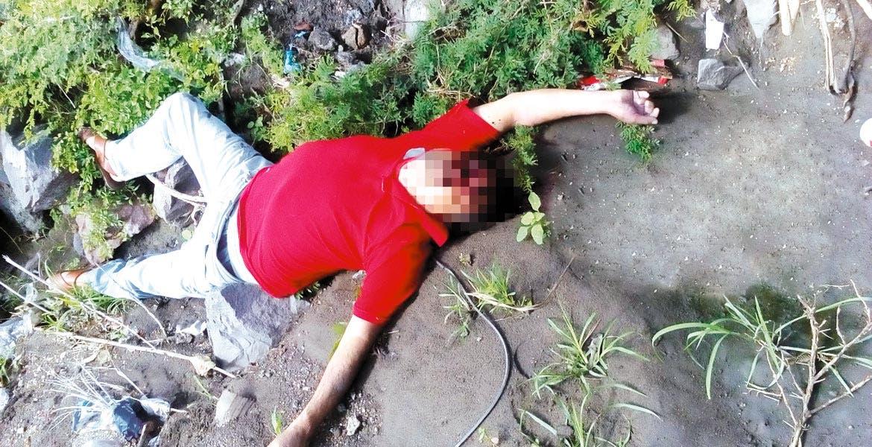 Un hombre de entre 50 y 55 años, que vestía pantalón de mezclilla, playera roja y guaraches, quedó en calidad de desconocido, tras ser asesinado de un disparo en la frente