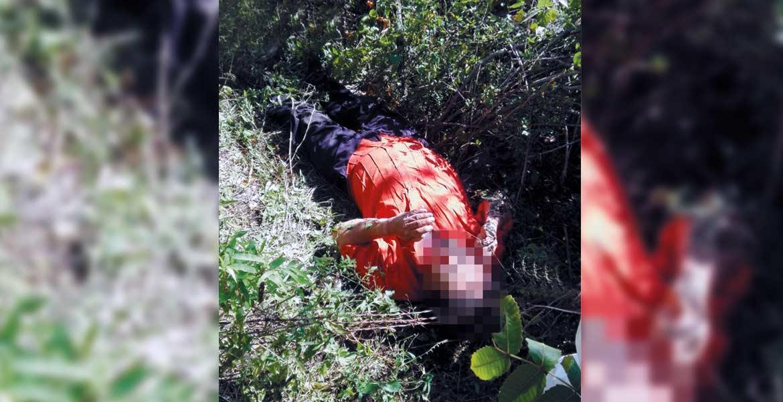Hallazgo. Personal del Semefo realiza el levantamiento del cadáver estipulado por ley.