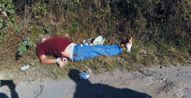 Sin identificar. Peritos de la Fiscalía realizaron el levantamiento del cádaver, cuya identidad se desconoce.