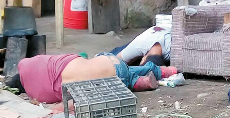 El crimen. Un limpiaparabrisas y un lavacoches fueron asesinados a balazos al ser emboscados en el patio de su casa en Cuautla.