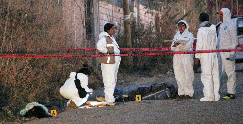 Hechos. Autoridades del Semefo acudieron para el levantamiento de los cadáveres, cerca de la base de la Ruta 15.