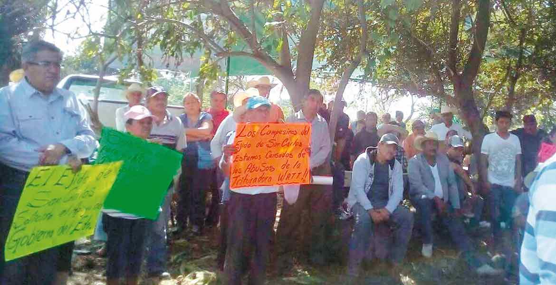 Protesta. Los ejidatarios de San Carlos se manifiestan en contra de empresa Wat, luego del saqueo de piedra, de 80 camiones diarios, sin pago por el bien ejidal, por lo que lo consideran ilegal.