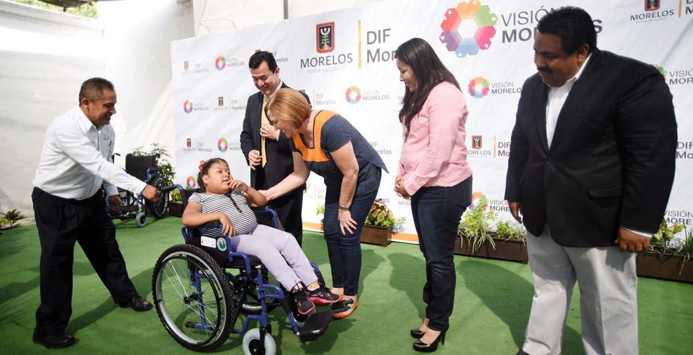 Evento. Elena Cepeda, presidenta del Sistema DIF, durante la entrega de una silla de ruedas a una menor con discapacidad.