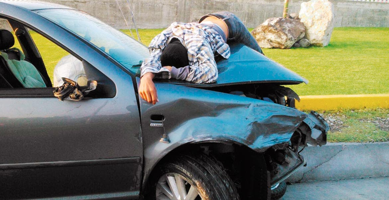 Deceso. Azael Jaimes Sánchez quedó tendido sin vida sobre el cofre de un Jetta que lo arrolló, tras salir proyectado en un choque.