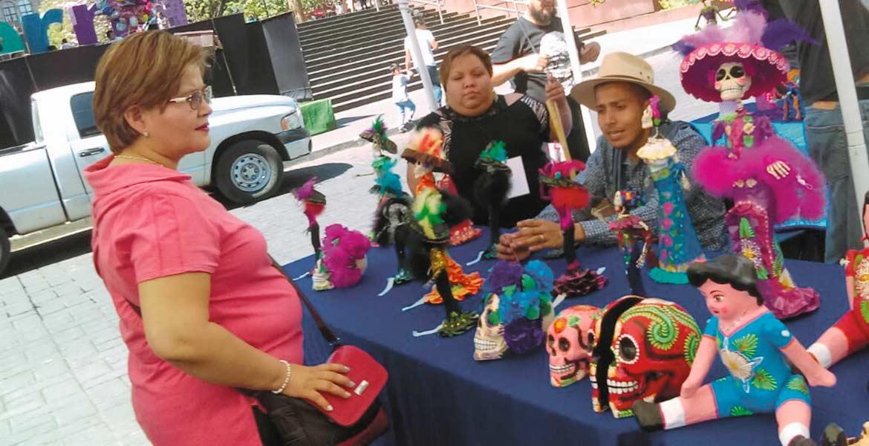 Belleza y color. Turistas ymorelenses pudieron adquirir varias artesanías elaboradas por cartoneros de otras localidades.