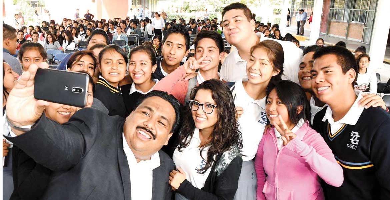 Contentos. Los alumnos del CBTIS de Cuautla disfrutan las obras en su favor gestionadas por el alcalde.