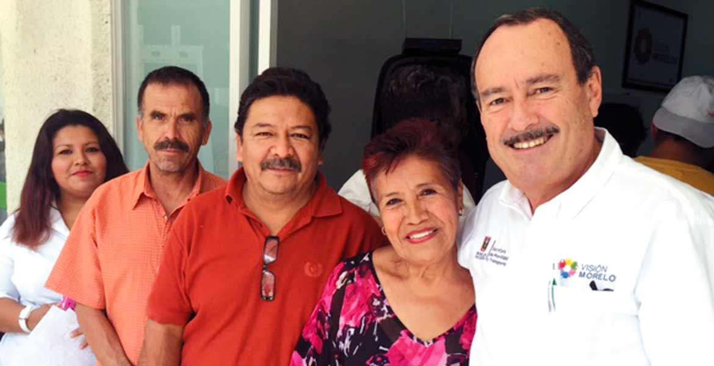 Beneficio. Jorge Messeguer Guillén, secretario de Movilidad y Transporte, junto con algunos nuevos propietarios de placas para taxi.