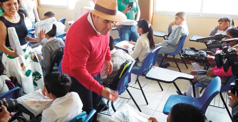 """Completos. También en la secundaria Moisés Saenz Garza"""" comenzó la distribución de cuadernos y material para iniciar clases."""