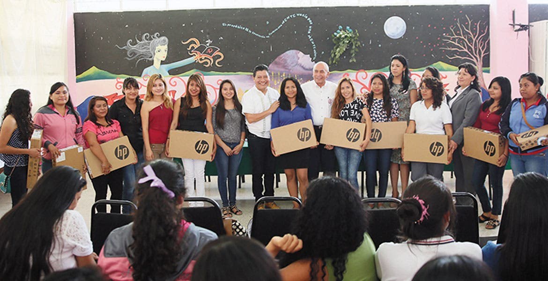 Acto. Autoridades encabeza entrega de apoyo tecnológico a alumnas de la Normal de Amilcingo.