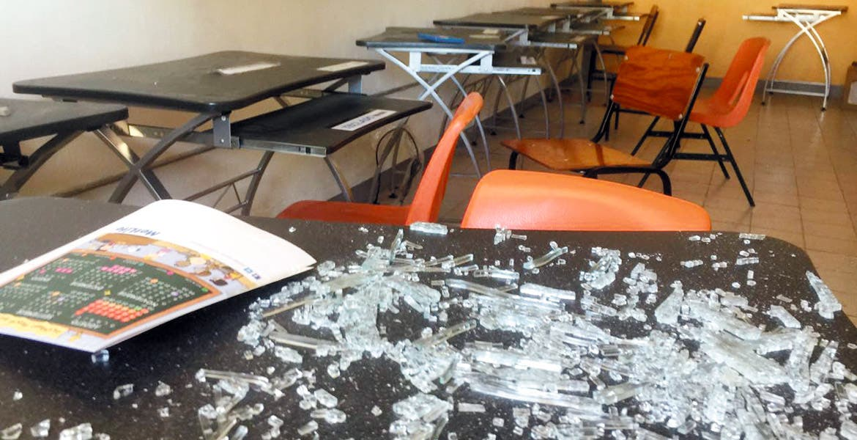 El atraco. Así encontraron las maestras uno de los salones del jardín de niños 'Simón Bolívar', luego de que amantes de lo ajeno rompieran una ventana, pero al no poder robar nada ahí, se llevaron dos bombas de agua que abastecían a la cisterna y otros objetos.