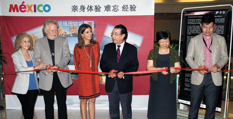 Surrealista. Personal del Consulado de México en China y directivos del centro comercial, junto con el artista, inauguraron la obra.