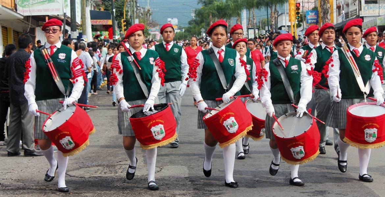 Orgullosos. Alumnos de diferentes escuelas, públicas y privadas, con orgullo portan uniformes e instrumentos de la banda de guerra.